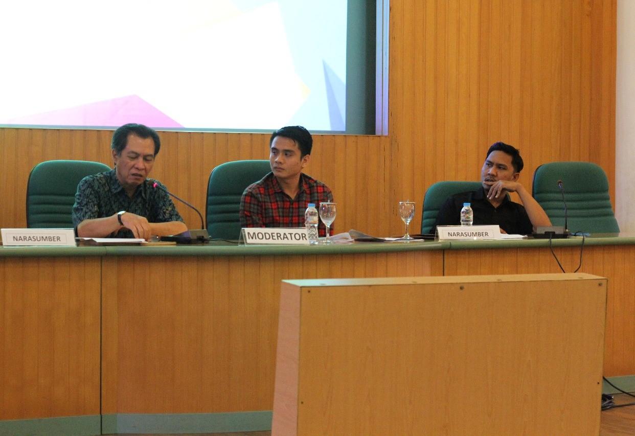 Dr Revrisond Baswir (kiri) didampingi moderator dan Rahmat Setiawan (kanan)