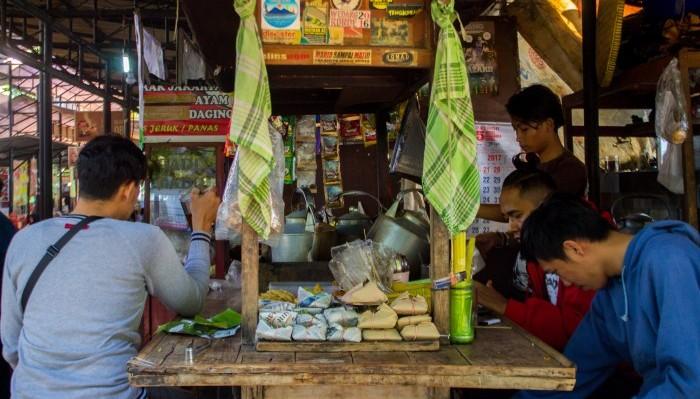 Angkringan, Tempat Makan Murah dan Sesrawungan Favorit Mahasiswa Indekos.(Foto: Tari)