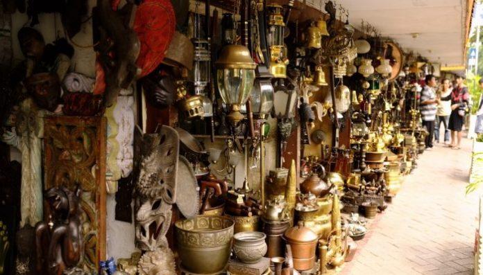 Anda bisa menawarkan benda-benda lawas di aplikasi marketplace atau membuka lapak di pameran barang antik.(Foto: pegipegi.com)