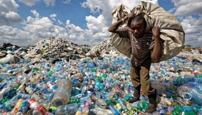 Sungguh ironi, bagaimana bisa puluhan bahkan ribuan sampah ini dapat berkeliaran di laut.(Foto: uzone.id)