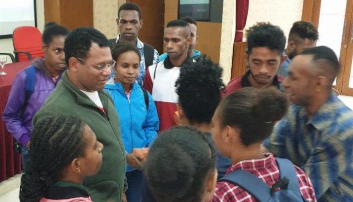 Bupati Mappi, Papua, Kristosimus Yohanes Agawemu secara khusus datang menemui dan memberikan motivasi belajar kepada ratusan mahasiswa asal Mappi di Yogyakarta. Foto: GTP UGM