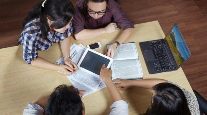 Ilustrasi: Dengan cara ini, kamu tidak perlu khawatir kerja sendirian meskipun mendapat teman satu kelompok yang tak sesuai harapan. Foto: Kompas