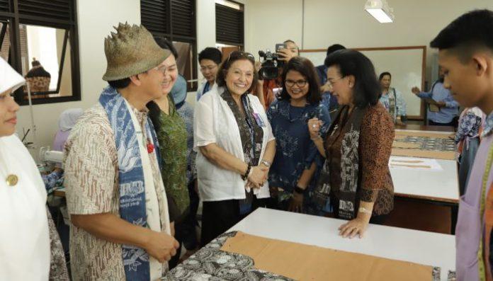 GKR Hemas (kanan) bersama Dr. Ghada Hijjawi-Qaddumi, President WCC-APR (2013-2020) saat berkunjung ke SMK Gedangsari, Gunungkidul. Foto: Istimewa