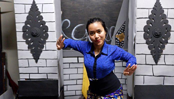 Ni Nyoman Ayu Wimba mengaku mendapat pelajaran tentang pentingnya toleransi, kerja sama, dan saling menghormati di UKM Tari Bali, karena anggotanya berasal dari berbagai daerah. Foto: Kinanthi