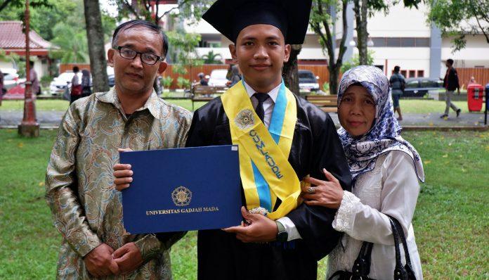 Wajah Muhammad Anan Akhbar Nugraha, A.Md, berseri-seri pada momen wisuda program diploma dan sarjana UGM periode dua tahun ajaran 2019/2020. Foto: Tsalis