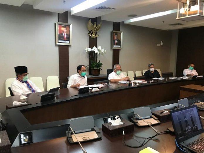Menteri PUPR Basuki Hadimuljono (di tengah) melakukan konferensi video untuk menjelaskan kebijakan Kementerian PUPR melakukan realokasi anggaran pembangunan infrastruktur dan refocusing kegiatan untuk mendukung penanganan pandemi Covid-19 di Tanah Air. Foto: Kementerian PUPR