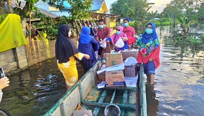 Ikatan Apoteker Indonesia (IAI) Kota Samarinda yang diketuai oleh alumnus Farmasi UGM, menggelar bakti sosial lewat program Peduli Banjir Samarinda. Foto: Ist