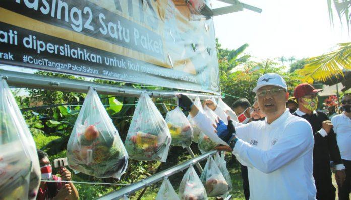Ketua Pengda KAGAMA Bengkulu, Rohidin Mersyah, meresmikan canthelan dan kebun pertanian binaan. Foto: KAGAMA Bengkulu