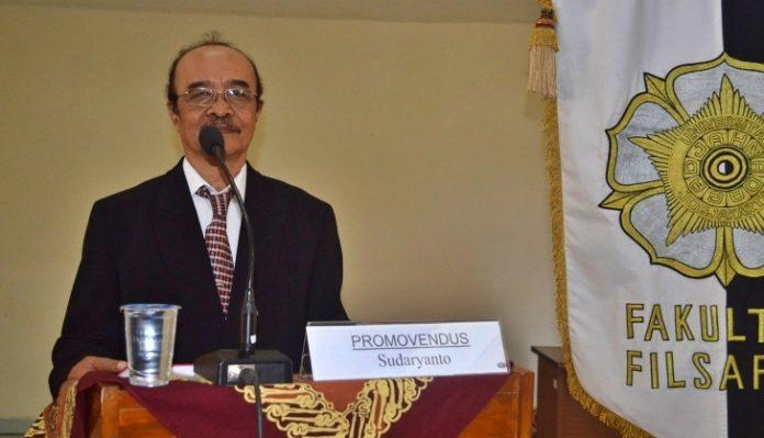 """Dosen Fakultas Filsafat UGM Dr. Sudaryanto telah berpulang. """"Pak Kalkulus"""" itu dikenal sebagai pribadi yang sederhana, pendiam, dan baik hati. Foto: Humas UGM"""
