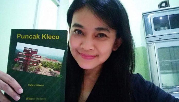 Dian Nirmalasari, menceritakan proses penulisan buku Puncak Kleco karya KAGAMA Virtual Writing. Foto: Dok Pri