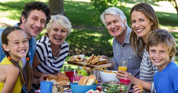 Perencanaan keuangan sejak dini harus kamu lakukan demi memutus rantai sandwich generation. Foto: cranberryhomecare