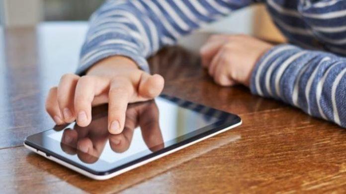 Meskipun memudahkan komunikasi, penggunaan media sosial yang kebablasan dapat merugikan anak. Foto: Tribun
