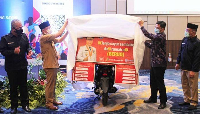 Gubernur Bengkulu alumnus UGM, Rohidin Mersyah, meluncurkan terobosan belanja nontunai untuk minimkan kontak fisik dan tekan penyebaran Covid-19. Foto: Pemporv Bengkulu