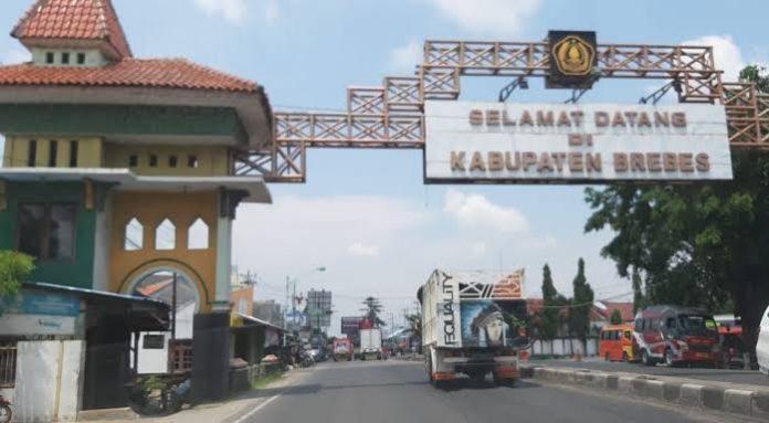 Ketua Lembaga Olah Kajian Nusantara (LOKANTARA), Dr. Purwadi, M.Hum., membabar asal usul Bupati pertama Kabupaten Brebes, Tumenggung Arya Suralaya. Foto: Radar Tegal