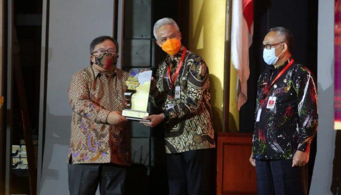 Menteri Riset dan Teknologi Indonesia/BRIN, Bambang Brodjonegoro memberikan penghargaan kepada Gubernur Jawa Tengah, Ganjar Pranowo. Foto: Humas Jateng
