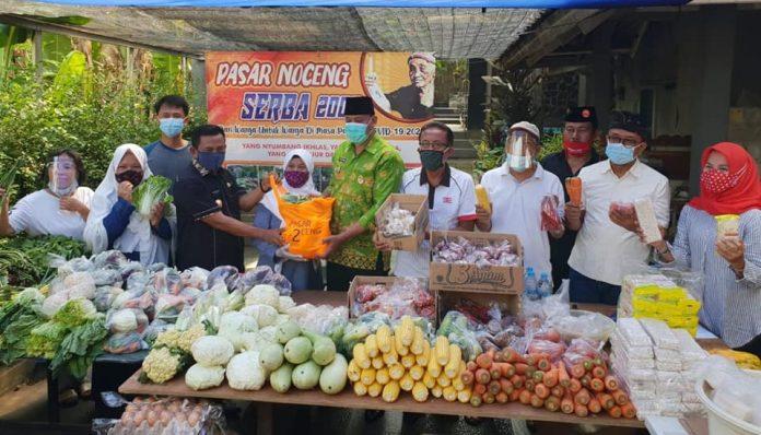Alumnus Kehutanan UGM, Teguh WS, mengubah canthelan bahan pangan di Bekasi menjadi pasar serba Rp2 ribu alias Pasar Nocheng. Foto: KAGAMA