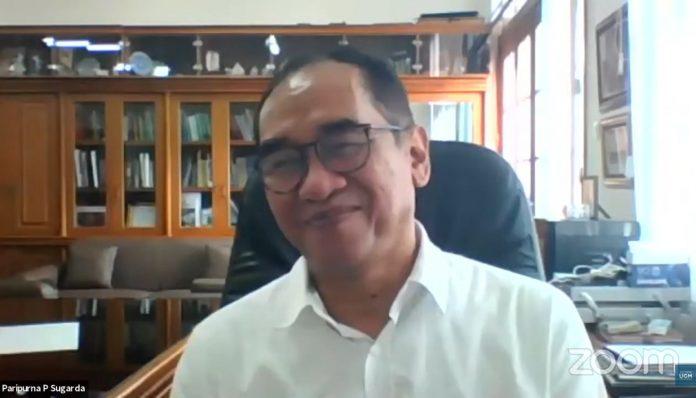 Wakil Rektor Bidang Kerja Sama dan Alumni UGM, Prof. Paripurna P. Sugarda, menjelaskan tujuh kelebihan dari alumnus UGM dalam menghadapi dunia kerja. Foto: Ist