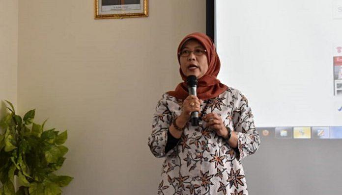 Direktur PMPU BPOM Alumnus UGM, Dra. Dewi Prawitasari, M.Kes., Apt. menjelaskan kiat menjaga keamanan pangan bagi penjual makanan siap saji. Foto: Farmasi UGM