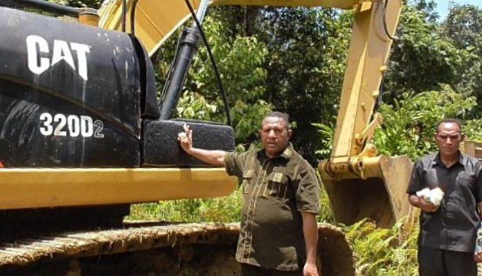 Alumnus Magister Pengelolaan Lingkungan Fakultas Geografi UGM tahun 2001 ini berharap jalan Trans Papua di wilayahnya segera rampung dibangun. Foto: Ist