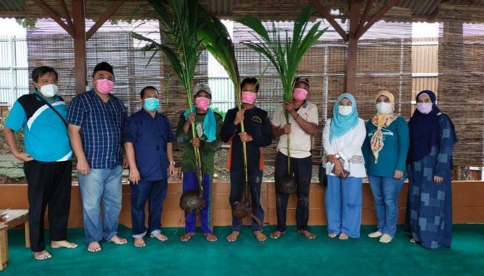 Kagama Pemalang menyalurkan bantuan 1.000 bibit kelapa kepada kelompok tani di Desa Desa Purana, Kecamatan Bantarbolang, Kabupaten Pemalang. Foto: Kagama Pemalang