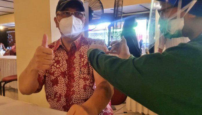 Universitas Gadjah Mada menyelenggarakan vaksinasi massal pada Sabtu (27/3/2021 di Grha Sabha Pramana UGM. (Foto: Penanggung jawab KAGAMA.CO, drg. Eddy Purjanto mengikuti vaksin bersama di UGM)