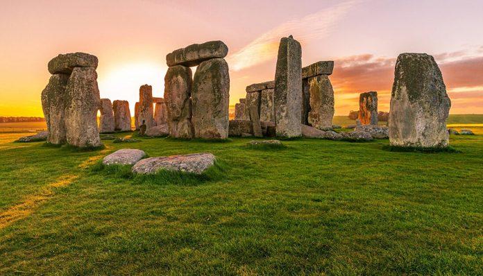 Kini para wisatawan tak perlu jauh-jauh ke Inggris atau Australia. Objek wisata sejarah zaman purba sudah bisa dinikmati dengan mengunjungi Stonehenge Merapi. Foto: Rakita Trans