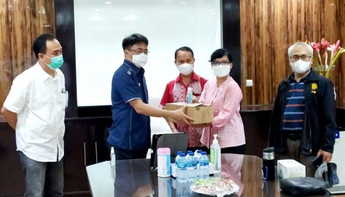 Komitmen ikut memutus mata rantai penyebaran Covid-19 di Kota Manado terus dilakukan Pengcab KAGAMA Kota Manado. Foto: KAGAMA Kota Manado