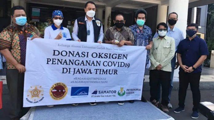 Keluarga Alumni Universitas Gadjah Mada (KAGAMA) Jawa Timur menyerahkan bantuan sosial kemanusiaan pada Senin (26/7/2021) di Surabaya. Foto: KAGAMA Jatim