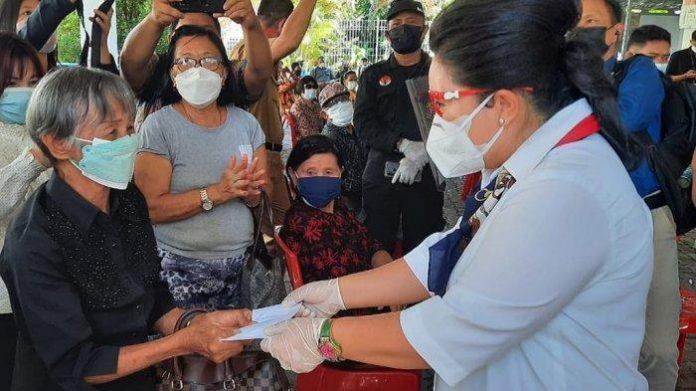 Penyaluran masker dari KAGAMA Manado fokus kepada para lansia dan jurnalis. Foto: KAGAMA Manado