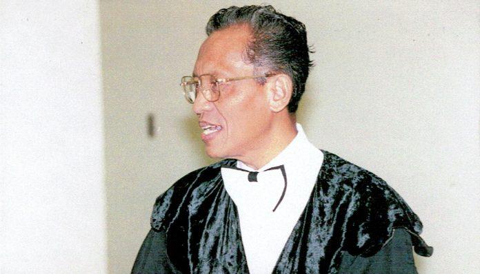 Tak ada karangan bunga ketika Mubyarto dikukuhkan sebagai Guru Besar di Balai Senat UGM pada Mei 1984. Foto: Arsip UGM