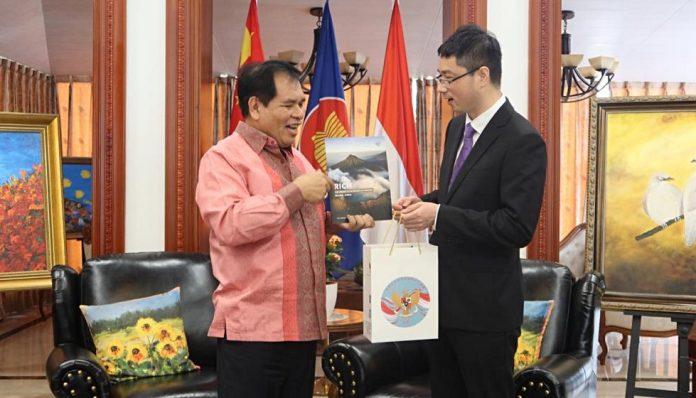 Dubes lulusan Fakultas Ekonomi UGM ini menerima secara simbolis sumbangan dari perusahaan Zhenshi Holding Group Co., Ltd untuk mendukung penanggulangan Covid-19 di Indonesia. Foto: KBRI Beijing
